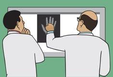 Doktoren Viewing X-Ray Lizenzfreie Stockbilder