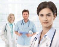 doktorer övar påtryckningar standing Arkivfoton