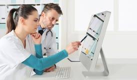 Doktorer använder datoren, begrepp av medicinskt konsultera royaltyfri fotografi