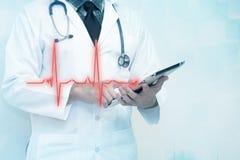 Doktorer använder den smarta minnestavlaPC:N med det livsviktiga tecknet för ekg för sjukvårddesign Royaltyfri Foto