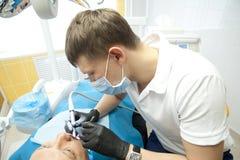 Doktorer av den tand- kirurgiska avdelningen att utföra en tand- kirurgisk operation arkivfoto