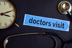 Doktorer besöker på tryckpapperet med sjukvårdbegreppsinspiration ringklocka svart stetoskop royaltyfri fotografi