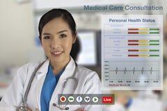 Doktorer ger för närvarande medicinsk konsultation till patienter royaltyfria bilder