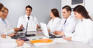 Doktorer i förhandlingar i konferensrum arkivfoto
