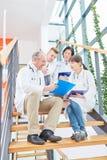 Doktorer i lagmöte arkivbilder