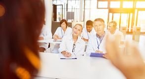 Doktorer i utbildning i seminariet arkivfoton