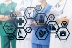 Doktorer med den medicinska sjukvårdsymbolsmanöverenheten royaltyfria bilder