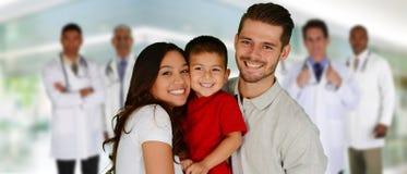 Doktorer och familj royaltyfria foton