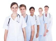 Doktorer och sjuksköterskor i rad arkivbild