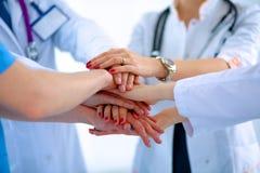 Doktorer och sjuksköterskor i stapla för medicinskt lag arkivbilder