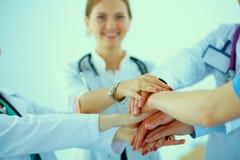 Doktorer och sjuksköterskor i stapla för medicinskt lag royaltyfri foto