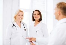 Doktorer på ett möte Arkivfoto