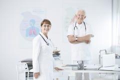 Doktorer på kontoret arkivbild