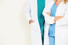 Doktorer p? sjukhuset som arbetar med partnern Sjukv?rd och medicinsk service royaltyfria foton
