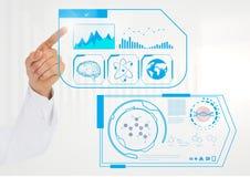 Doktorer räcker att trycka på den digitalt frambragda medicinska manöverenheten arkivfoto