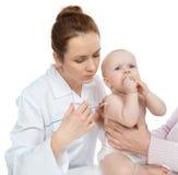 Doktorer räcker med injektionssprutan som vaccinerar barnet, behandla som ett barn influensainjektionen Arkivfoton