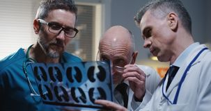 Doktorer som analyserar MRI-bildl?sningsresultat royaltyfri foto