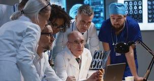 Doktorer som analyserar MRI-bildl?sningsresultat royaltyfria foton
