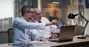 Doktorer som analyserar MRI-bildl?sningsresultat fotografering för bildbyråer