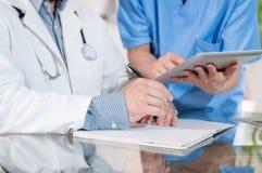 Doktorer som arbetar i medicinskt kontor royaltyfri bild