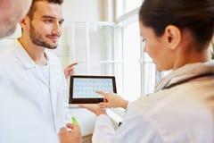 Doktorer som diskuterar ECG-diagnostik arkivfoton