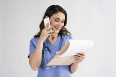 Doktorer som diskuterar några sjukdomshistorier på telefonen royaltyfri fotografi