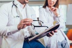 Doktorer som diskuterar om medicinskt fall royaltyfria foton