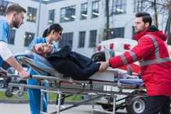 doktorer som flyttar den sårade mannen royaltyfri foto