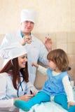 Doktorer som fungerar med, behandla som ett barn Arkivfoton