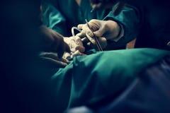 Doktorer som gör en operation royaltyfri fotografi