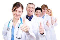 doktorer som ger upp medicinska tum Royaltyfri Foto