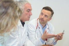 Doktorer som har en konversation royaltyfri bild