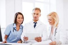 Doktorer som ser minnestavlaPC Royaltyfri Foto