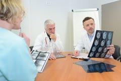 doktorer som ser strålen x fotografering för bildbyråer
