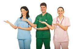 doktorer som skrattar göra presentation royaltyfri fotografi