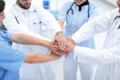 Doktorer som tillsammans rymmer händer på sjukhuset Arkivbild