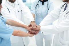 Doktorer som tillsammans rymmer händer på sjukhuset Arkivfoton