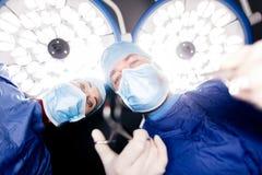 Doktorer som utför tand- kirurgi Royaltyfria Foton