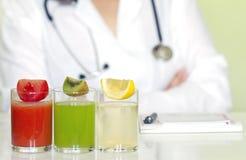 Doktorernährungswissenschaftler im Büro mit gesunden Früchten Stockbild
