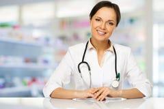 Doktorfrau in der Drogerie Stockbild