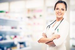 Doktorfrau in der Drogerie Stockfoto