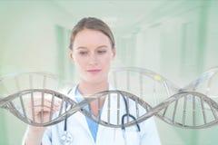 Doktorfrau, die auf DNA-Strang 3D einwirkt Stockfotografie