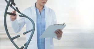 Doktorfrau, die auf DNA-Strang 3D einwirkt Stockfoto
