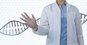 Doktorfrau, die auf DNA-Strang 3D einwirkt Lizenzfreie Stockfotos