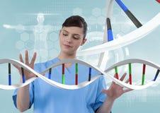 Doktorfrau, die auf DNA-Strang 3D einwirkt Stockfotos