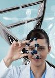 Doktorfrau, die mit DNA-Strang 3D steht Stockfotos