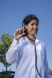 Doktorfrau, die Spritze zeigt Lizenzfreie Stockbilder