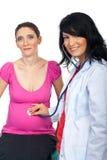 Doktorfrau setzen schwangeres fest Stockfotos