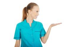 Doktorfrauenhand, die etwas auf Palme zeigt stockbild