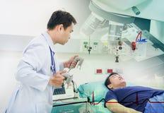 Doktorgebrauch EKG oder ECG bereiten Gebrauchsdefibrillatorsystem vor stockfotografie